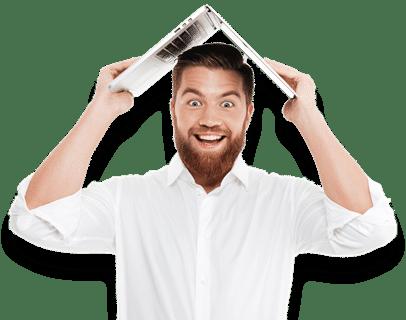 Mann hält ein aufgeklapptes Notebook über seinen Kopf um damit den Versicherungsschutz zu präsentieren